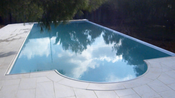 Бассейн с внутренними ступенями во всю ширину чаши